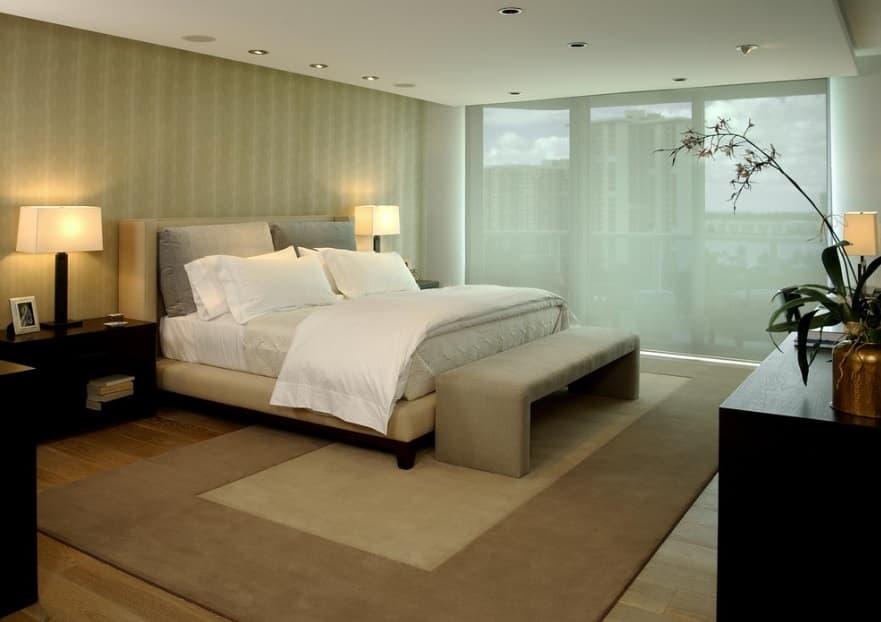 Alfombra lisa con greca ancha dormitorio