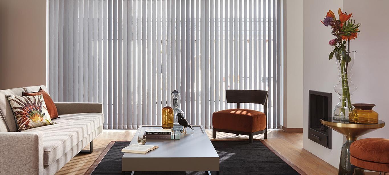 Cortina vertical gris en salón